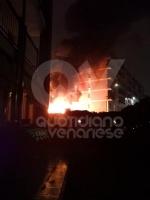 RIVOLI -  Paura in viale Firenze: a fuoco un camper e altre quattro macchine - immagine 1