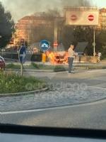 VENARIA - Auto va a fuoco in corso Papa Giovanni XXIII: illeso il conducente - immagine 1