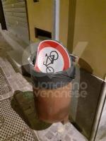 RIVOLI - Teppisti in azione a Ferragosto in piazza Matteotti: divelto un segnale stradale - FOTO - immagine 1