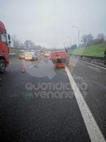 VENARIA-BORGARO - Perde il controllo dellauto e si ribalta in tangenziale: illeso - immagine 1