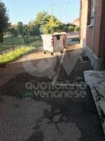 MAPPANO - A fuoco sei cassonetti dei rifiuti nel cortile della scuola - immagine 1