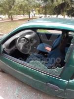 COLLEGNO - Vandali in azione: mandati in frantumi i vetri di unauto parcheggiata - immagine 1