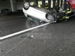 CAOS IN TANGENZIALE - Raffica di incidenti: due auto ribaltate e tre feriti - immagine 1