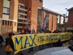RIVOLI - Laddio a Massimiliano Pirrazzo: una folla commossa in chiesa per lultimo saluto - FOTO - immagine 9