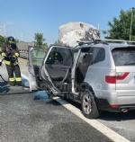TORINO-VENARIA - Auto prende fuoco mentre é in marcia in tangenziale: famiglia ne esce indenne - immagine 1