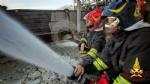 INCENDIO A SETTIMO - A fuoco una ditta, colonna di fumo visibile anche dalla tangenziale FOTO - immagine 12