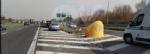 VENARIA - Cerca di evitare il camion e finisce contro la banchina: autista miracolosamente illeso - immagine 1