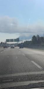 INCENDIO A SETTIMO - A fuoco una ditta, colonna di fumo visibile anche dalla tangenziale FOTO - immagine 1