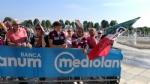 GIRO DITALIA A VENARIA - Grande folla per la carovana del Giro - FOTO - immagine 1