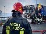 COLLEGNO - Tir prende fuoco mentre percorre la tangenziale - immagine 9