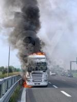 COLLEGNO - Tir prende fuoco mentre percorre la tangenziale - immagine 1