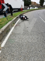 GRUGLIASCO - Senza patente, perde il controllo dello scooter (del collega): in ospedale - immagine 1