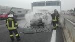 RIVOLI - Auto a gpl a fuoco mentre è in marcia in tangenziale: conducente salvo per miracolo - immagine 1