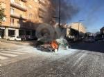 RIVOLI - Paura in corso Susa: Fiat Punto prende fuoco mentre è in marcia - FOTO E VIDEO - immagine 1