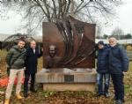 COLLEGNO - Dopo il raid vandalico, riposizionato il monumento dedicato a Sandro Pertini - immagine 1