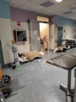 RIVOLI - Notte da incubo in ospedale: al Dea i pazienti Covid costretti a rimanere per terra FOTO - immagine 1