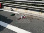 RIVOLI - Perde il controllo dello scooter e finisce contro il guard-rail e poi a terra: ferito - immagine 1