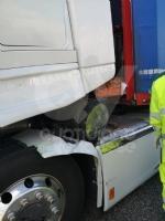RIVOLI - La cabina del tir sfondata dallo stesso carico dopo una frenata: autista ferito - immagine 1