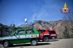 VAL DELLA TORRE - Incendio boschivo: la situazione è in miglioramento. In azione lelicottero - immagine 2