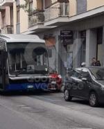 VENARIA - Si rompe lo sterzo dellautobus, che finisce contro due auto: caos in via Palestro - immagine 2
