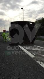 RIVOLI - Tir perde una turbina del peso di 250 quintali lungo la tangenziale: traffico in tilt - immagine 2