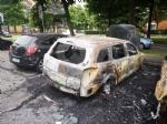 COLLEGNO - A fuoco tre auto parcheggiate in piazza Pablo Neruda: indagano i carabinieri - immagine 2