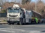 RIVOLI - Autobus e macchina si scontrano in via Bruere: 96enne in gravissime condizioni - immagine 2