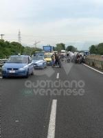 BORGARO - Paura sul raccordo Torino-Caselle: Mini Cooper prende fuoco allimprovviso - immagine 2