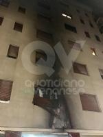 VENARIA - Auto a fuoco in via San Marchese: fiamme fino al secondo piano, residenti scappati - immagine 2