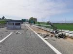 TORINO-CASELLE - Furgone finisce contro le barriere in cemento: un ferito e disagi in tangenziale - immagine 2