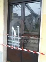 COLLEGNO - Vandali alla stazione ferroviaria: rotti i vetri delle sale dattesa - immagine 2