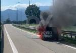 COLLEGNO - Auto in fiamme mentre percorre lo svincolo della tangenziale - immagine 2