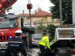 VENARIA - Perde il controllo dellauto e sinfila sotto unaltra parcheggiata: donna in ospedale - immagine 2