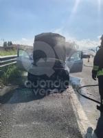 TORINO-VENARIA - Auto prende fuoco mentre é in marcia in tangenziale: famiglia ne esce indenne - immagine 2