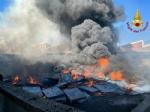INCENDIO A SETTIMO - A fuoco una ditta, colonna di fumo visibile anche dalla tangenziale FOTO - immagine 13