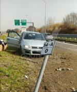 VENARIA - Cerca di evitare il camion e finisce contro la banchina: autista miracolosamente illeso - immagine 2