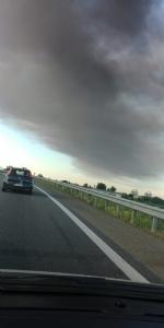 INCENDIO A SETTIMO - A fuoco una ditta, colonna di fumo visibile anche dalla tangenziale FOTO - immagine 2