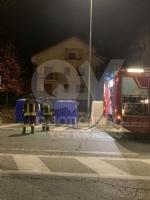BORGARO - A fuoco due bidoni della raccolta differenziata: indagini in corso - FOTO - immagine 2