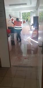 COLLEGNO - Idioti scaricano acqua ed estintori nelle aule della scuola: danni alla Gramsci - FOTO - immagine 2