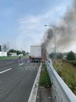 COLLEGNO - Tir prende fuoco mentre percorre la tangenziale - immagine 6