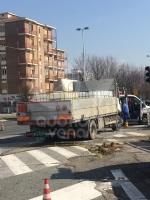 RIVOLI - Mezzo pesante perde il carico: caos e disagi in tangenziale e in corso Francia - immagine 2