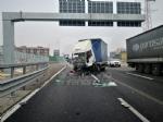 RIVOLI - Incidente in tangenziale: ferito autotrasportatore. Caos e lunghe code - FOTO - immagine 2