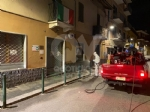 CASELLE - Notte di lavoro per i pompieri: sanificati gli esterni di negozi, studi medici, farmacie e supermercati - immagine 2