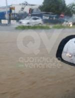 MALTEMPO - Violento acquazzone in tutta la zona: strade impraticabili. Disagi anche in tangenziale - immagine 2