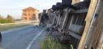 MATHI - Paura in via Torino: tir si ribalta alluscita dalla rotatoria. Autista illeso - immagine 3