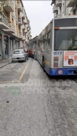 VENARIA - Si rompe lo sterzo dellautobus, che finisce contro due auto: caos in via Palestro - immagine 3