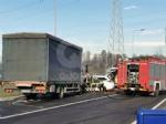 VENARIA - Scontro taxi-camion lungo la provinciale: un ferito FOTO - immagine 3