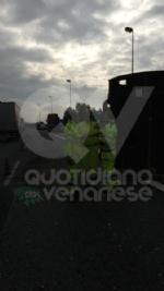 RIVOLI - Tir perde una turbina del peso di 250 quintali lungo la tangenziale: traffico in tilt - immagine 3