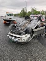 CAOS IN TANGENZIALE - Raffica di incidenti: due auto ribaltate e tre feriti - immagine 9