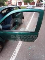 COLLEGNO - Vandali in azione: mandati in frantumi i vetri di unauto parcheggiata - immagine 3